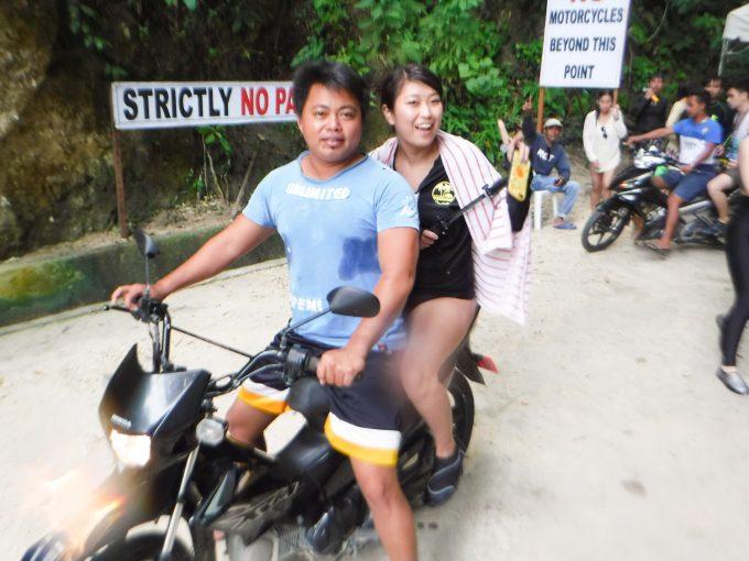 ツマログ滝へ行く為のバイクに乗る女性