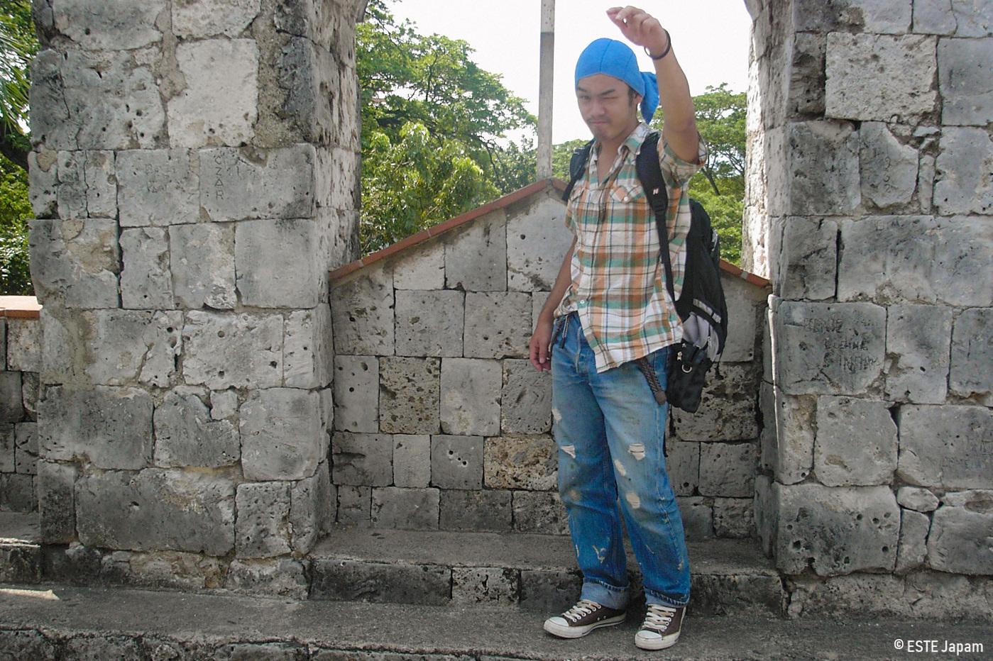 サンペドロ要塞で写真を撮る男性