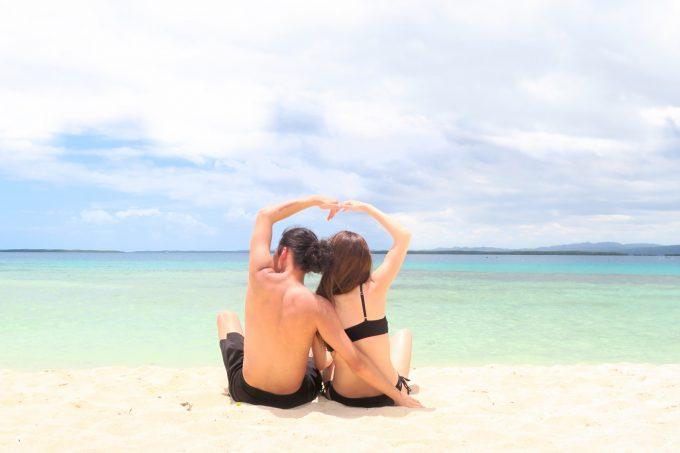 パンダノン島でハートを作るカップルの後ろ姿