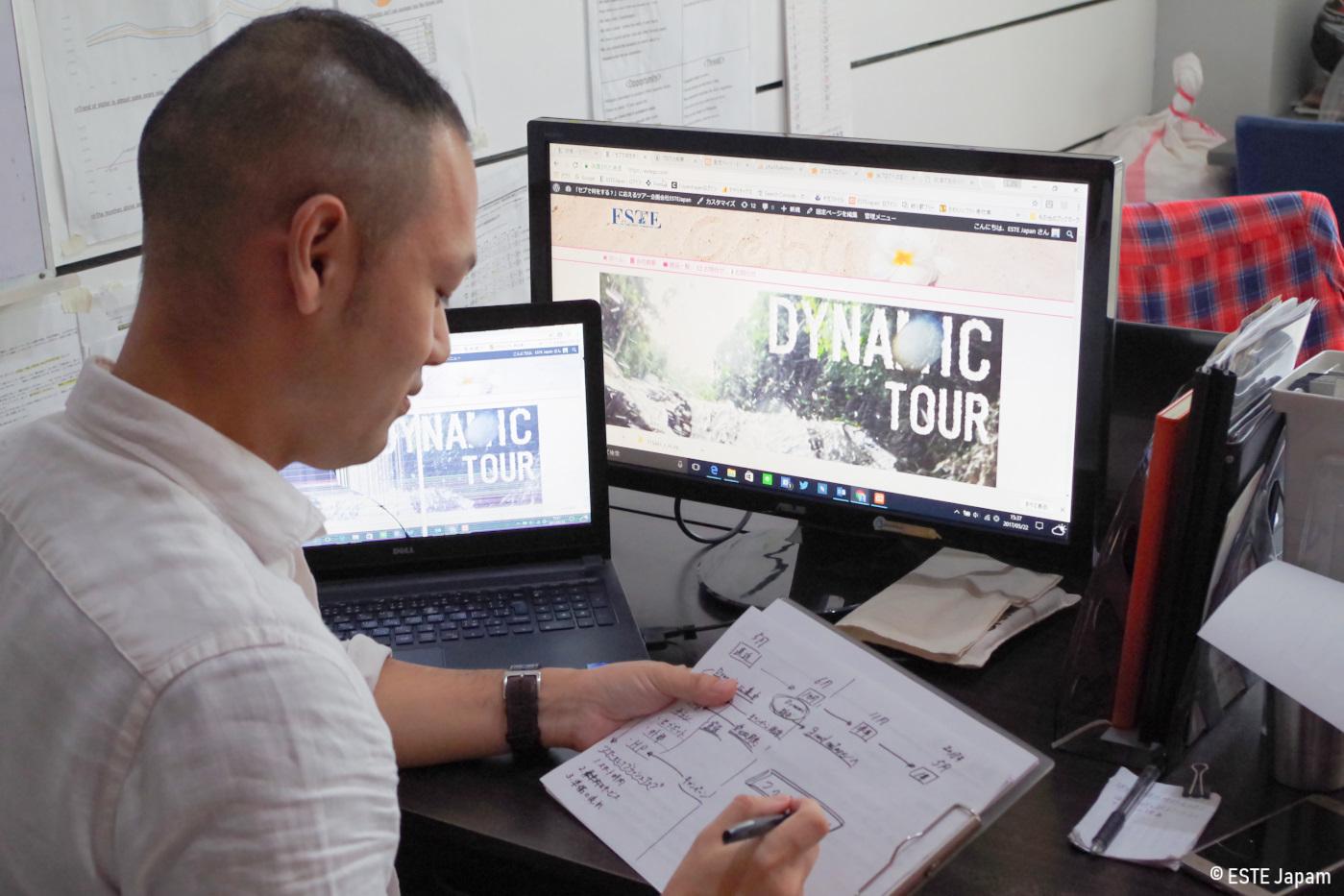 パソコンの前で仕事をしている男性
