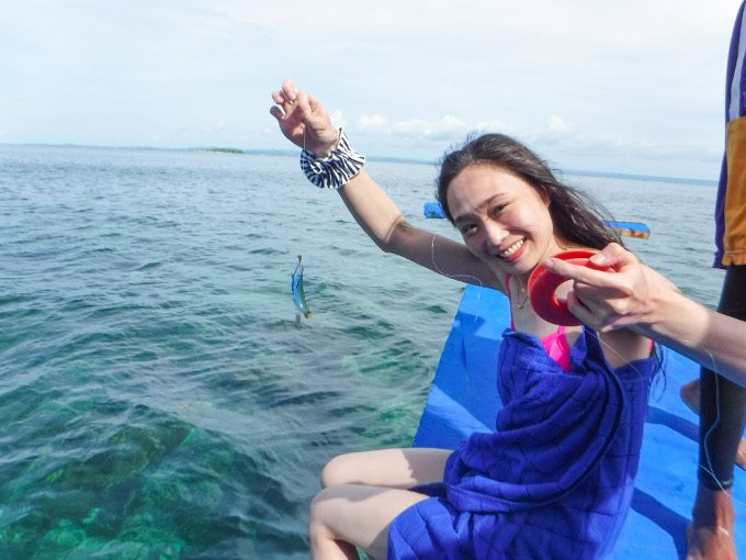 ESTEJapanのアイランドホッピングで女性が釣りをしている写真
