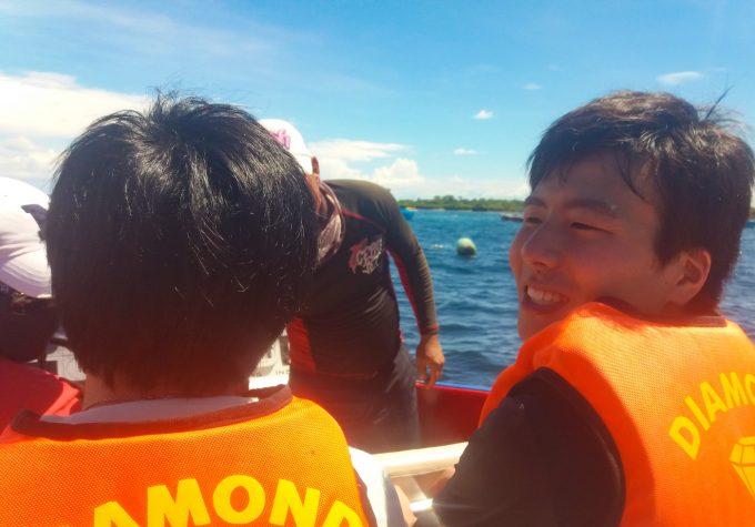 ジェットボートを楽しむ男性の写真