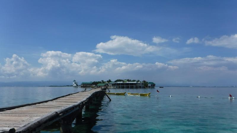 ナルスアン島の長い桟橋