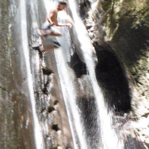 ビナラヤン滝へジャンプ