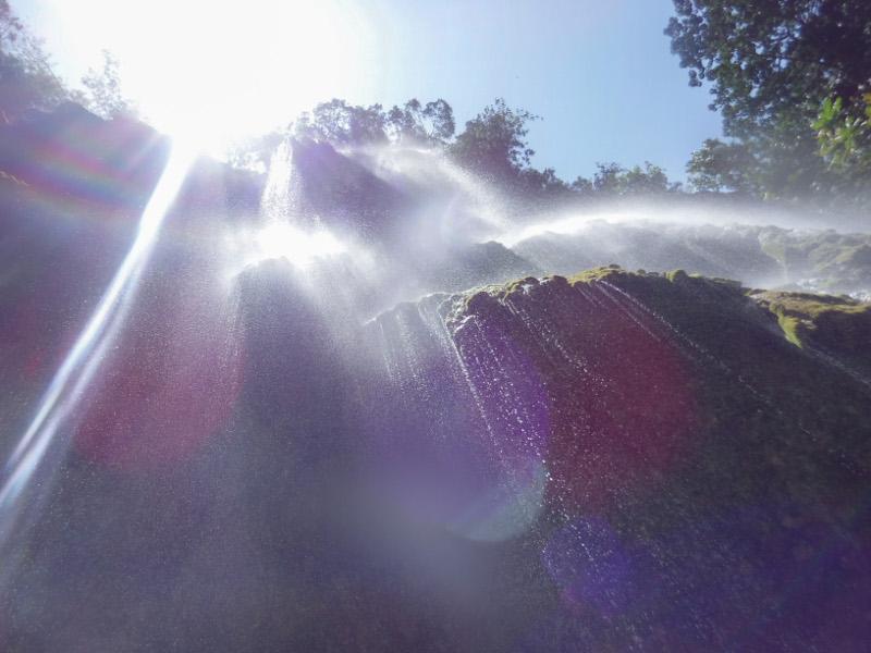 きめ細かい滝のしずく