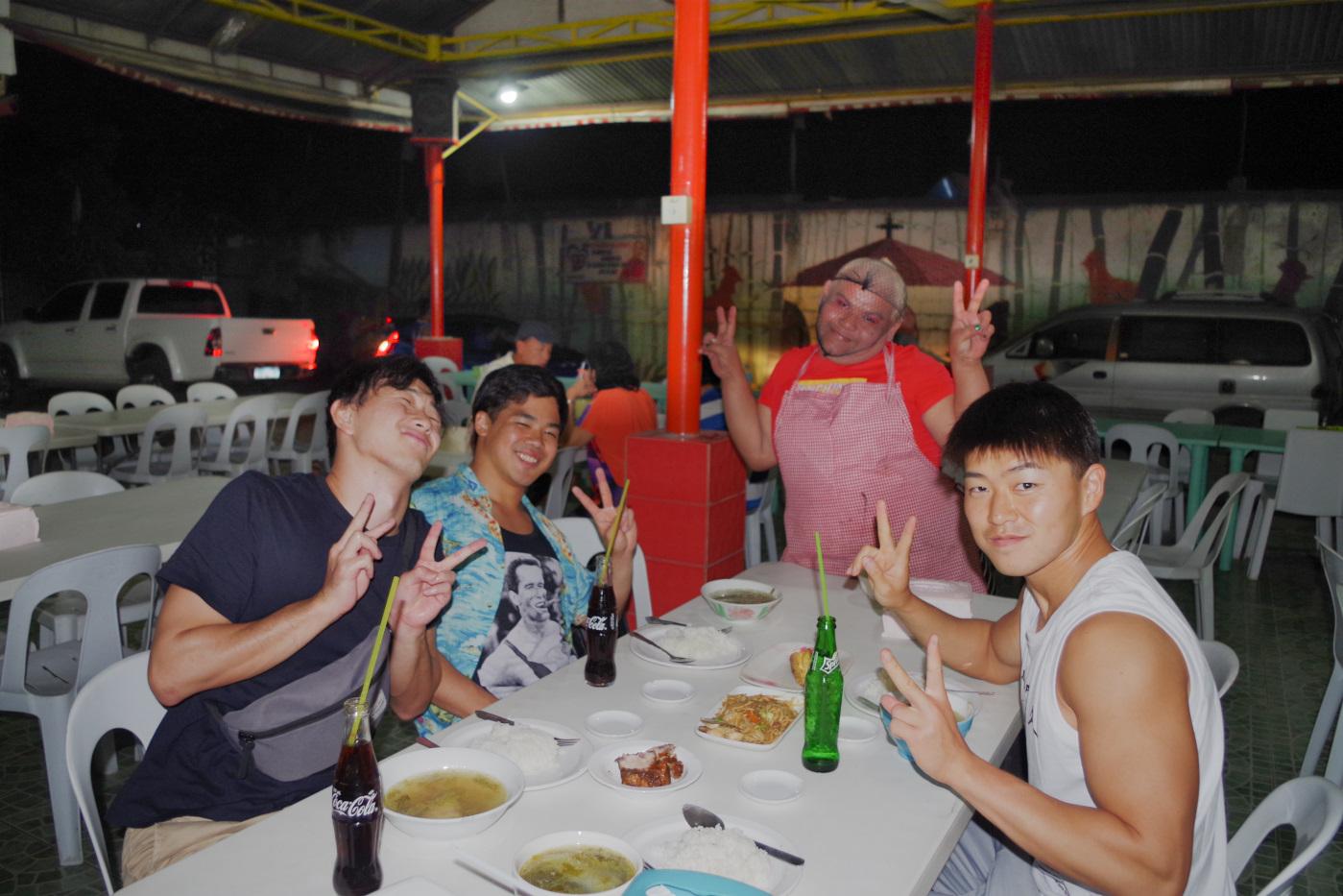 コンチンで夕食をとる男性3名とゲイ