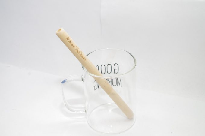 竹のマイストローをガラスのコップに使っている写真