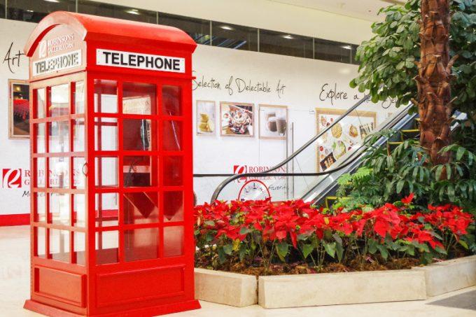 ロビンソンガレリアのレトロな電話ボックス