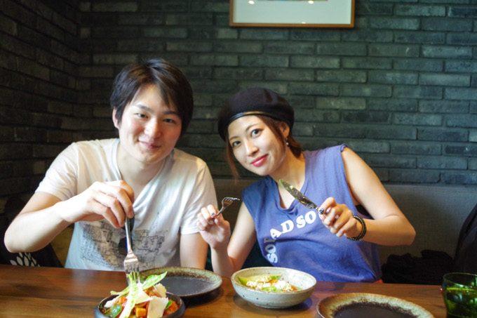 カップルでレストランのピグ&パームで食事しているイメージができる画像