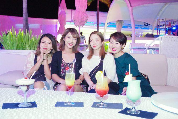 イビザでカラフルなお酒を飲む4人の女性