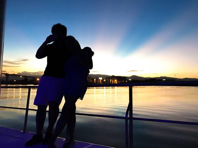 サンセットクルーズで夜景を楽しむカップルがイメージできる画像