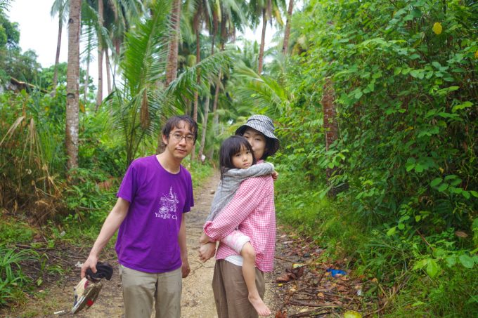 カカオ農園ツアーで農園を歩いてる家族の写真