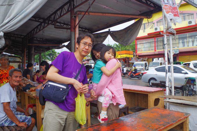 ローカル食堂にいる日本人家族3名
