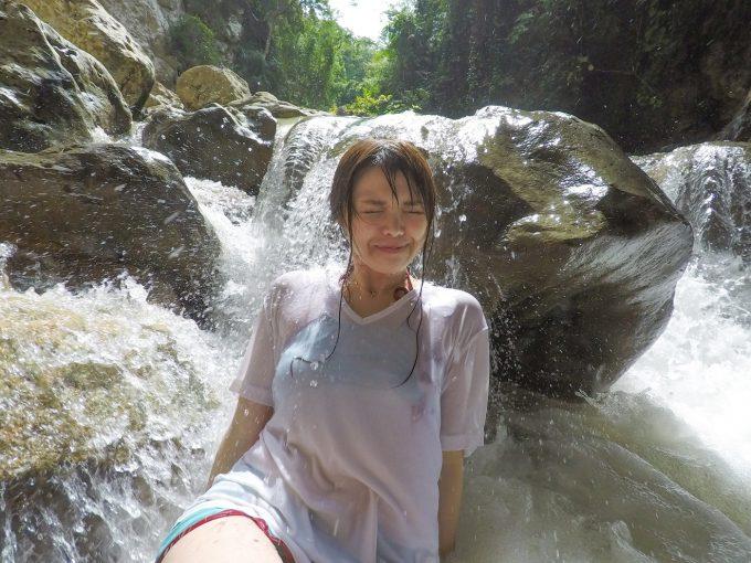川に打たれる女性
