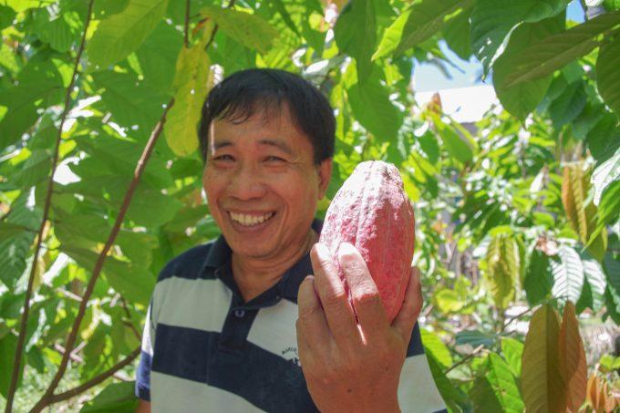 カカオの実を持っているフィリピン人男性