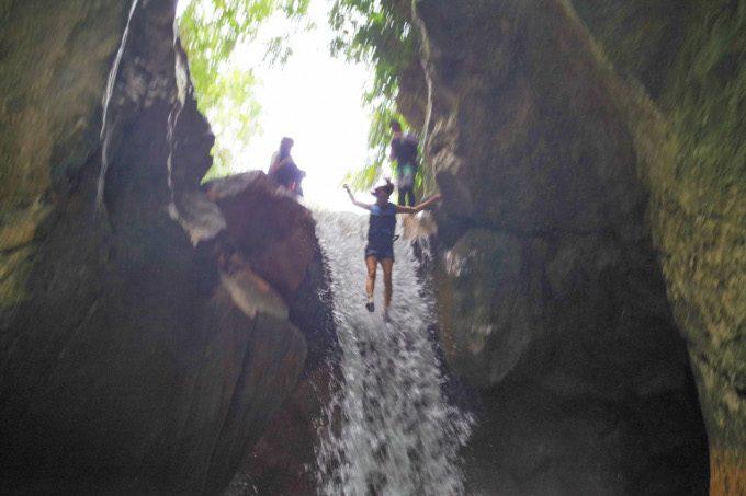 滝壺へのジャンプ