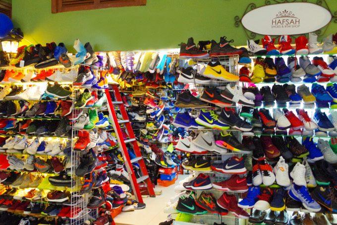 偽物市の靴