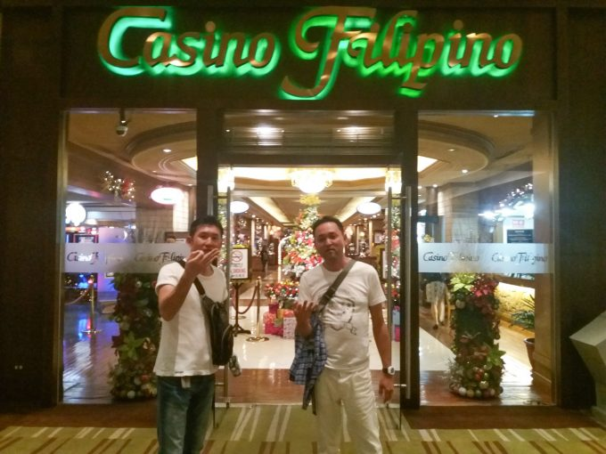 カジノを楽しむ男性2人の写真