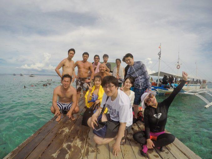 ナルスアン島の桟橋で団体の記念写真