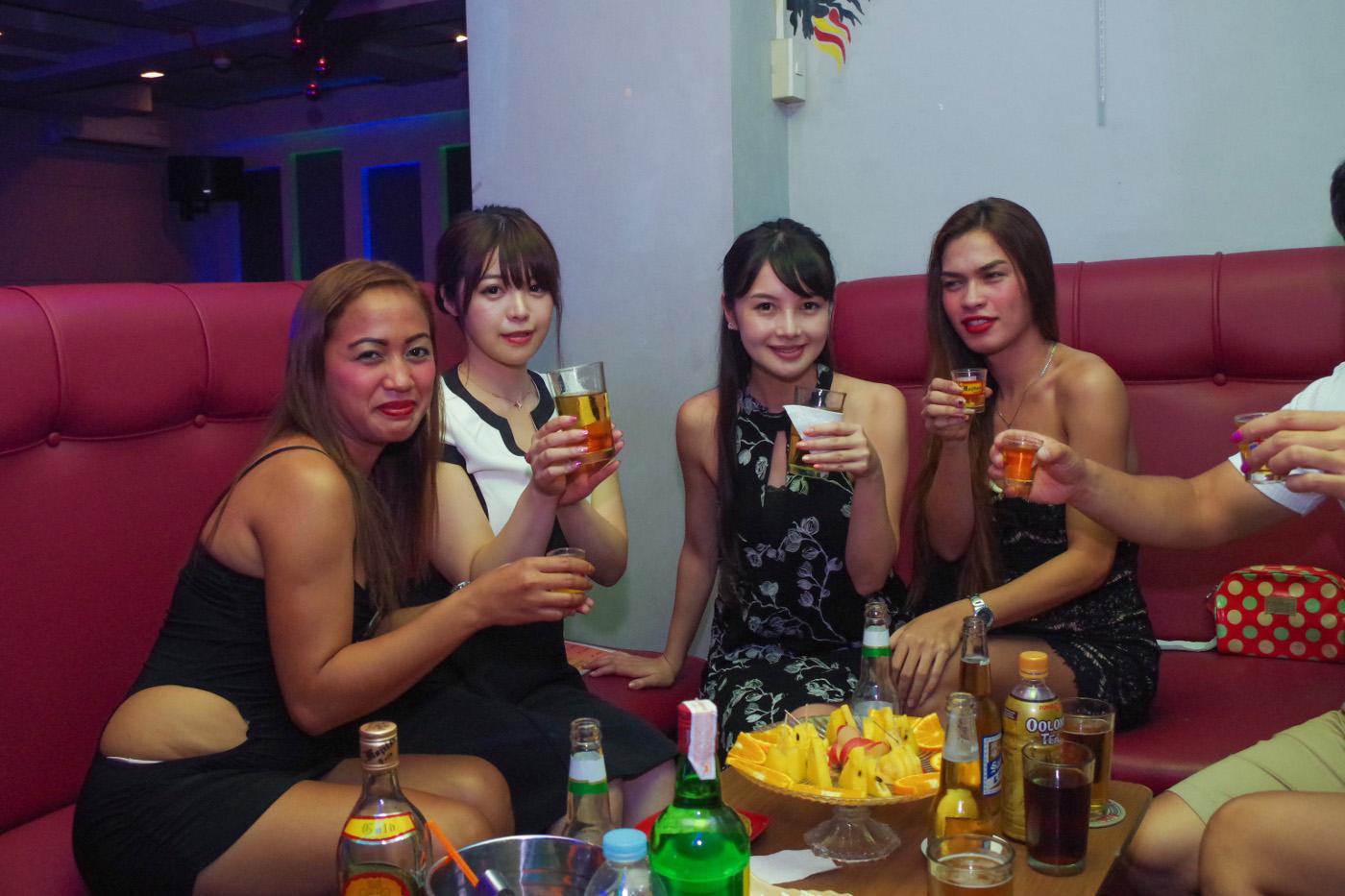 KTVでゲイと飲んでいる女性2人