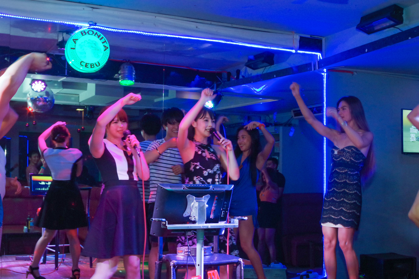 KTVで踊る女性2人