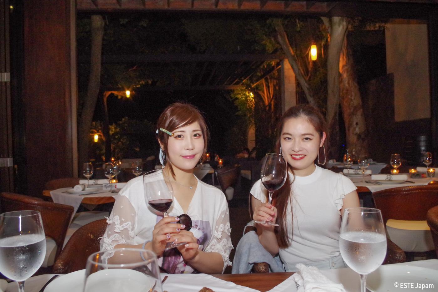 アバカで食事をする女性2名