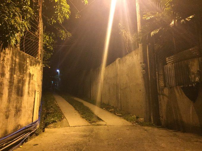 看板の先の坂道