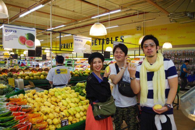 スーパーで買い物を楽しんでいるイメージができる写真
