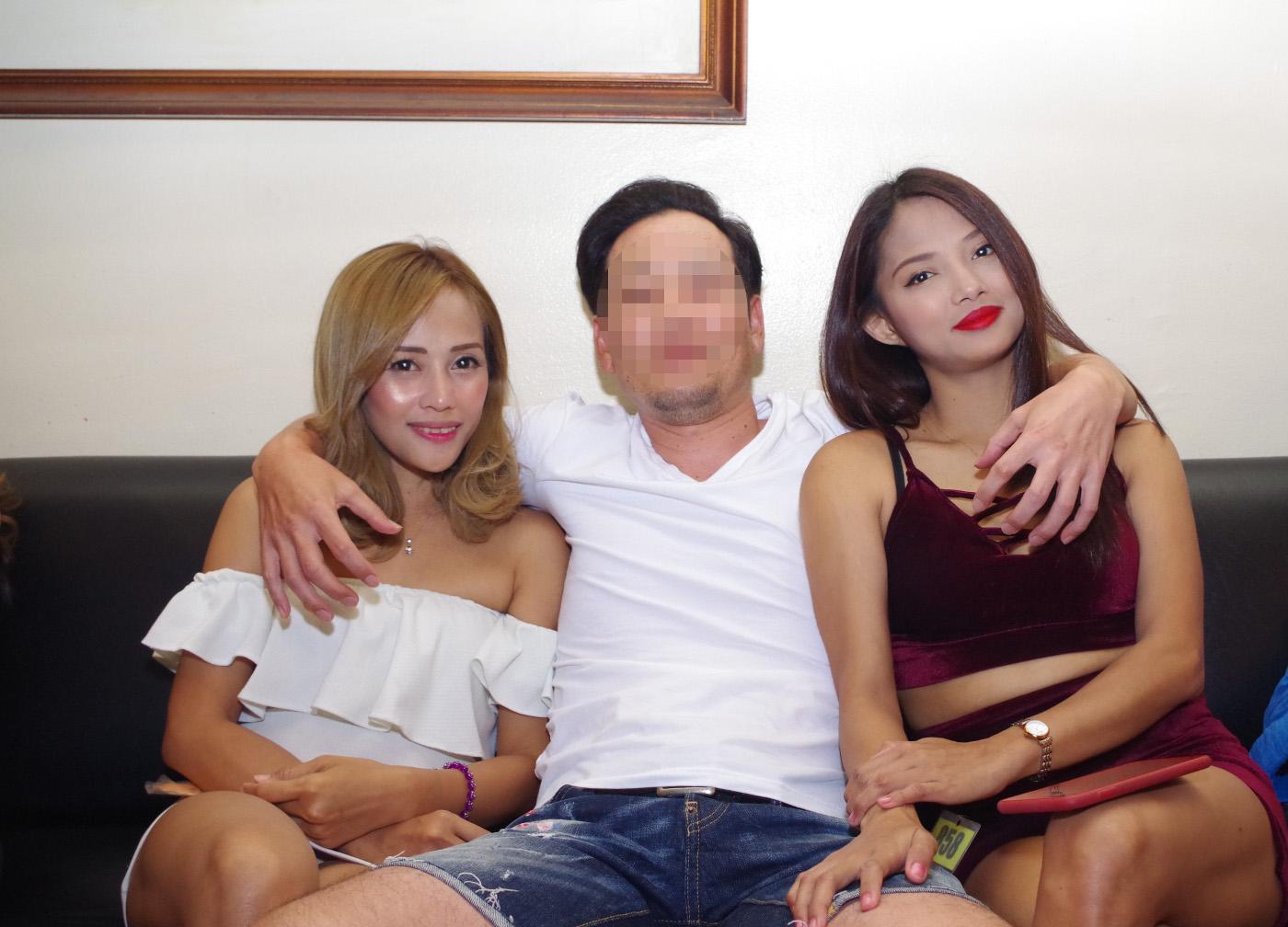 アリーナで両脇に女性を置いている男性の写真