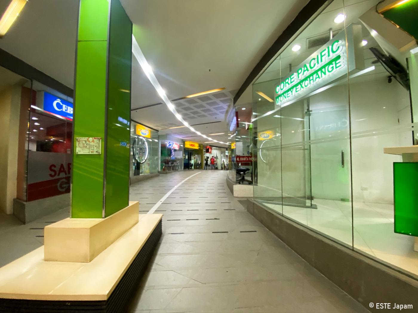 アヤラモール内4階にある両替所CORE PACIFIC前通路