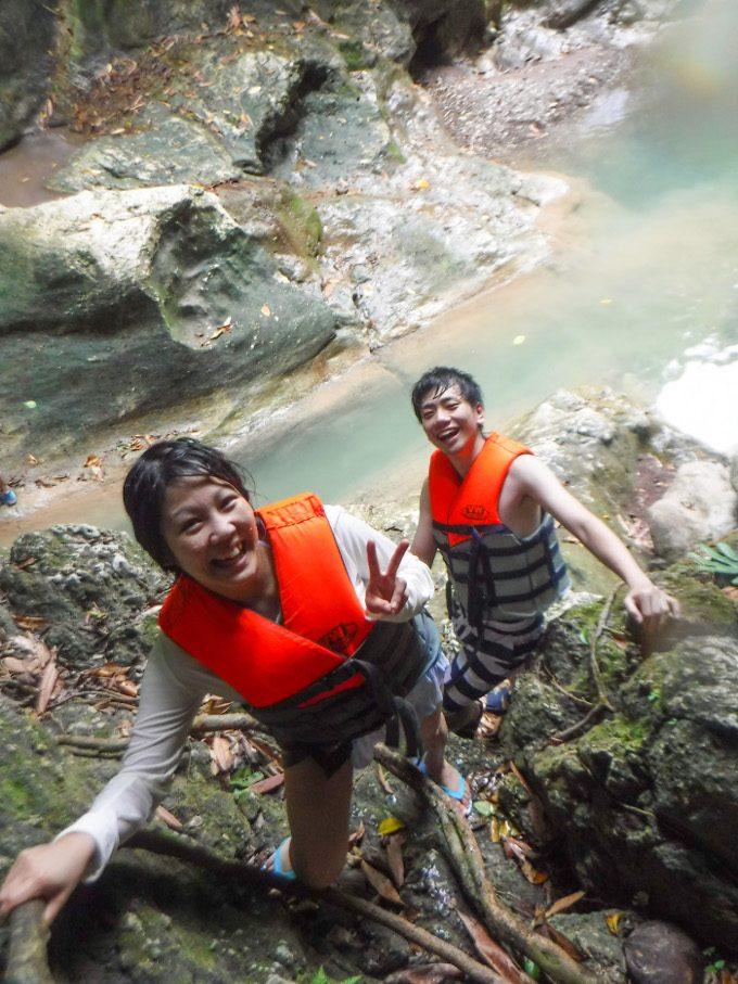 滝壺へジャンプする為に超える崖がイメージできる画像