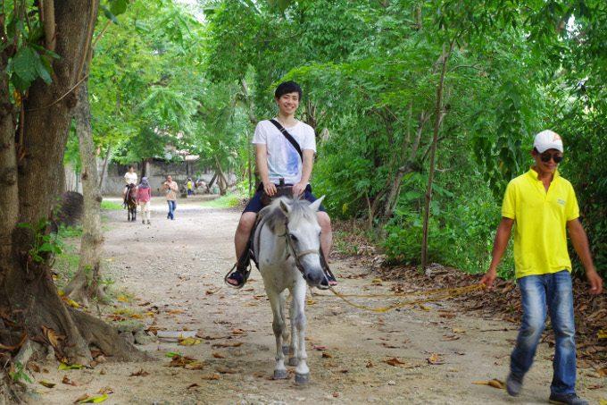 乗馬を楽しむ様子がイメージできる写真
