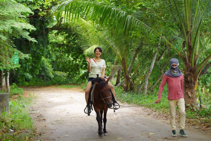 女性が乗馬を楽しむ様子がイメージできる写真
