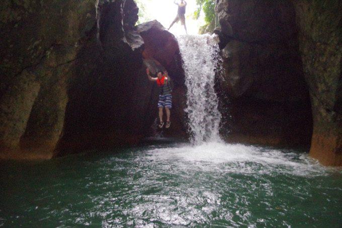 ダイナミックツアーでの滝壺へのジャンプがイメージできる写真2