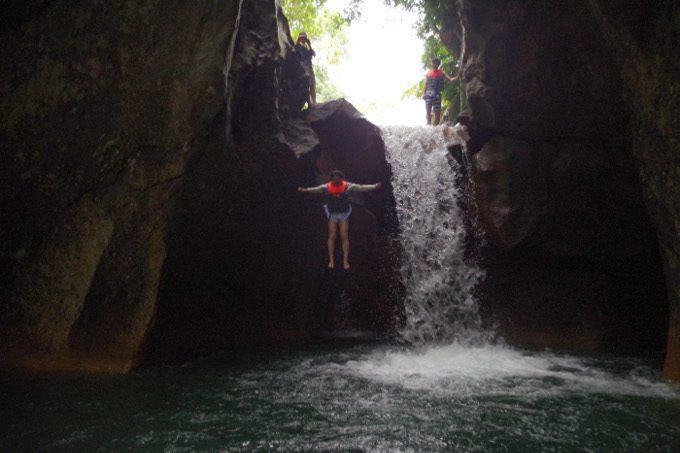 ダイナミックツアーで滝壺へジャンプしている写真