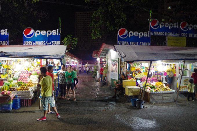 ラシアンの外側で開かれている市場がイメージできる画像