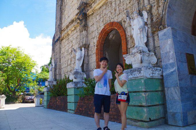フィリピンスタイルのポーズをしている写真
