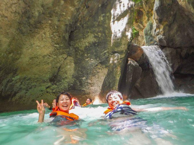 ダイナミックツアーで行く滝壺での記念写真