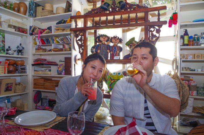 アバセリアカフェで食事をしているカップルの写真