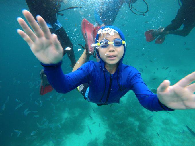 韓流ホッピング中に水中で手を振る少年