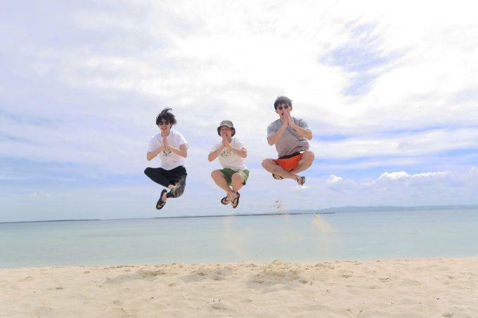 韓流ホッピング中にパンダノン島でジャンプする男性3人