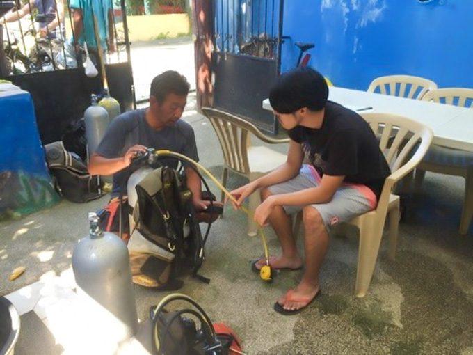 ダイビングライセンス取得の講習がイメージできる写真