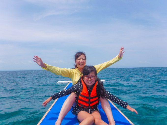 韓流アイランドホッピングで船上の写真を楽しんでいるイメージができる写真