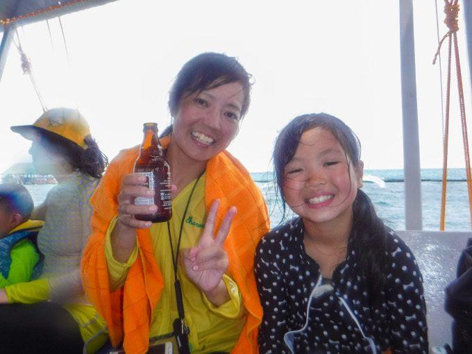 韓流アイランドホッピングで飲み物を自由に飲んでいるイメージができる写真