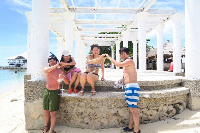 パンダノン島でハートを作る男女2組