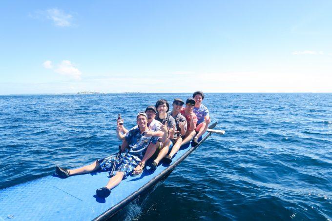 韓流ホッピング中に船主に座る男性5人