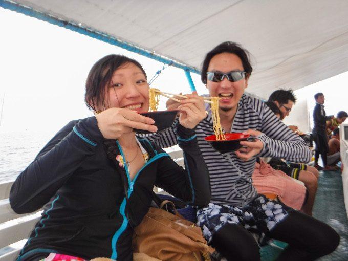 韓流アイランドホッピングで辛ラーメンを食べている写真