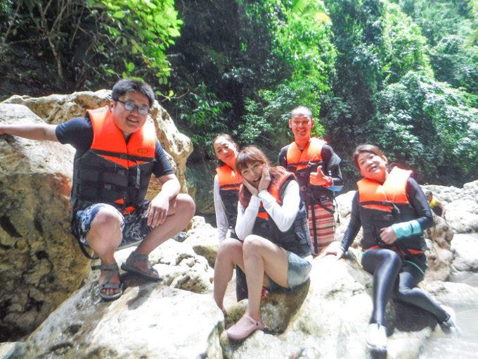 ダイナミックツアー参加の男女4人組の写真