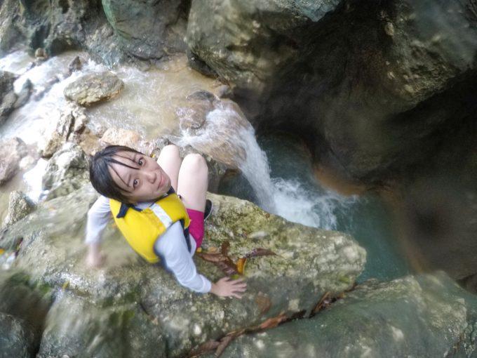 滝にビビっている様子が分かる写真