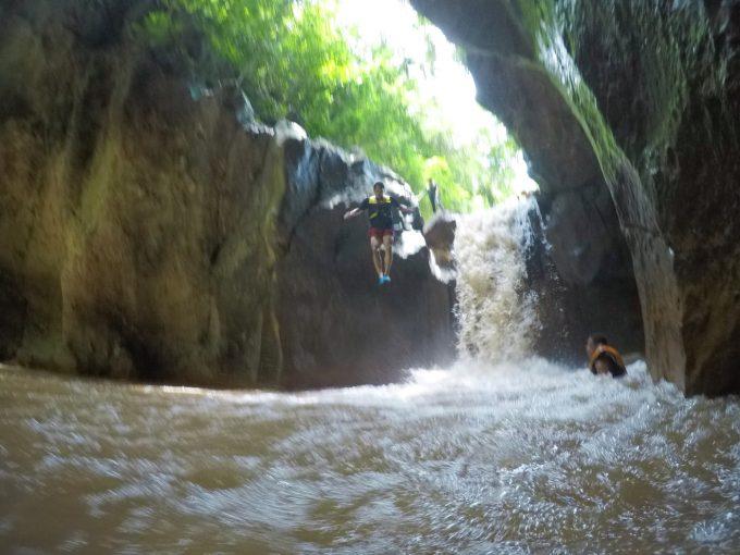 真ん中の高さから滝ツボジャンプをした写真